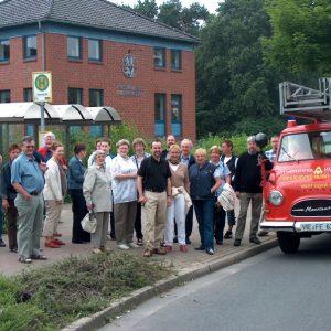 Die Wandergruppe mit Dr. Ansgar Müller vor dem Gebäuder der freiwilligen Feuerwehr in Voerde