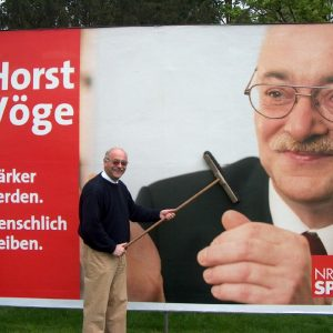 MdL Horst Vöge beim kleben von Plakaten