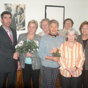 Ortsvereinsvorsitzender Günter Hinnemann gratuliert der AsF Vorsitzenden Elke Kleinschmidt